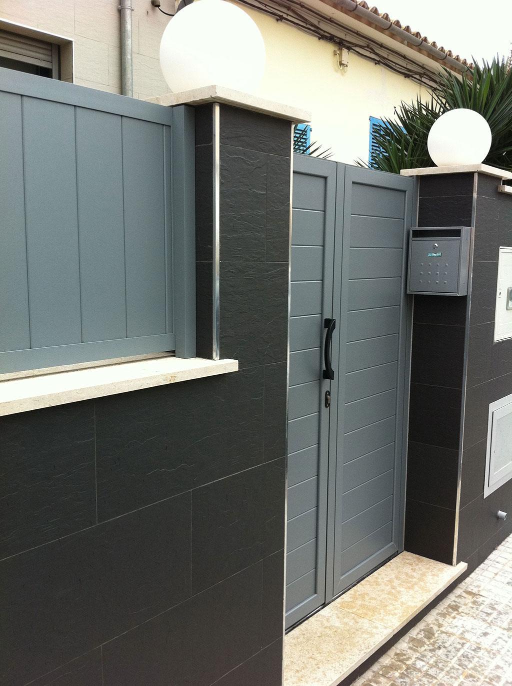 Puertas correderas exteriores automaticas entrada a comercio vidrios y puerta con persiana Puertas correderas exteriores precios